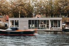 Completed in 2017 in Haarlem, The Netherlands. Images by Eva Bloem. Energy neutral floating villa 'Haarlem Shuffle' is located in the Spaarne river, close by the historic city centre of Haarlem, NL. The design plays. Floating Architecture, Modern Architecture, Sustainable Architecture, Villa, Luxury Houseboats, Houseboat Living, Journal Du Design, Amsterdam, Floating House