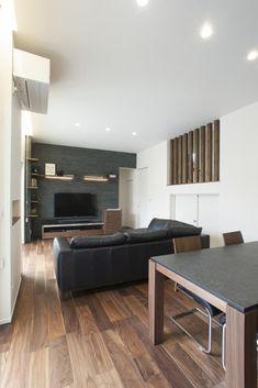 天井高3mの開放感溢れるリビングは「ウォルナット」の床材に黒を基調とした家具を合わせることで、生活感を感じさせないクールな印象を与えます。ウォルナットは時間と共に紫味や黒味が抜け少し赤味がかった茶色へと変化します。美しい木目も魅力のひとつです。和モダンやシンプルモダン、少しクラシカルなインテリアにも相性がよい樹種といえます。愛知・名古屋の注文住宅ならクラシスホームへ。自由設計でありながら価格を抑えてデザイン性の高い注文住宅をご提案しています。 Natural Interior, Modern Interior, Interior Design, Japanese Dining Table, Sofa Dining Table, Japanese Apartment, Tv Decor, Home Decor, Scandinavian Interior
