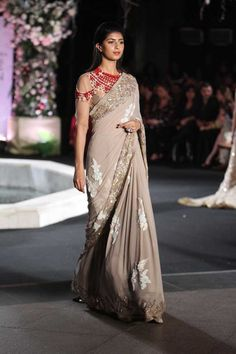 Looking for stylish designer sarees? Check out this vast collection of the latest designer saree trends. From Abu Jani to Anita Dongre and Manish Malhotra to Sabyasachi, this page has all kinds of designer saree images for weddings & parties. Indian Designer Sarees, Latest Designer Sarees, Indian Designer Wear, Indian Sarees, Designer Saree Blouses, Designer Sarees Wedding, Sari Design, Mode Bollywood, Bollywood Fashion