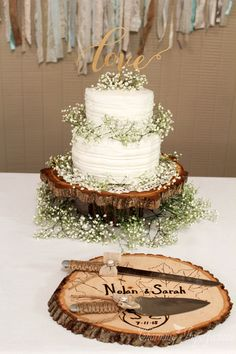 10 Ways to Style Baby's Breath For The Wedding - Rustic Cake! Photography: Charming Imperfections