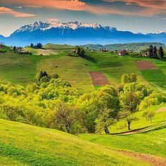 Descopera Valea Prahovei: ce sa faci in Sinaia si Busteni. Alpine Green, Transylvania Romania, Visit Romania, Romania Travel, Spring Landscape, Green Fields, Cool Places To Visit, Countryside, Beautiful Places