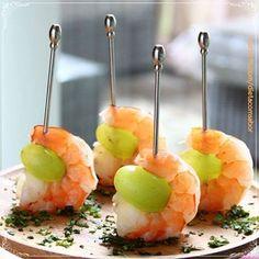 Está na praia? Aproveite a abundância de camarões para fazer esse aperitivo simples com uvas e incrementar sua ceia com leveza e sabor.