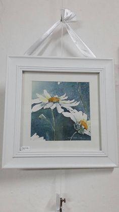Aquarell auf Arches Bütten umrahmt die Gänseblümchen auf Hintergrund, leicht bläulich. Format: 24 x 24 darunter, ein Happening überall und ein weißer Rahmen. Befestigung an der Rückseite des Rahmens mit einem White Ribbon-Link. Glas Plexiglas Einzelmodell