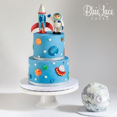 Astronaut first birthday cake with rocket ship and moon smash cake. - Astronauten Party / Space Party - Astronaut first birthday cake with rocket ship and moon smash cake. Rocket Ship Cakes, Rocket Cake, Cake Decorating Kits, Birthday Cake Decorating, Diy Birthday Cake, First Birthday Cakes, Birthday Cake Kids Boys, Birthday Ideas, Rodjendanske Torte