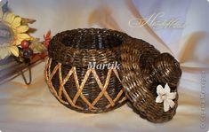 Tejiendo Periódicos. Cofre con trenzas. Newspaper Basket, Arte Popular, Wicker Baskets, Recycling, Projects To Try, Weaving, Crafts, Decor, Paper Basket