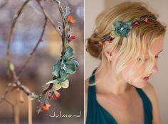 **BITTE BEACHTEN: eine kleine Änderung am Haarband** Der Blütenstempel in der Blütenmitte ist farblich in Elfenbein (eine Perle in Tropfenform) - nicht mehr blau.   Als Verzierung dienen bei...