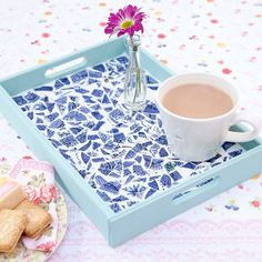Mosaic tea tray from old plates! http://www.yourhomemagazine.co.uk/article/2025/mosaic-tea-tray