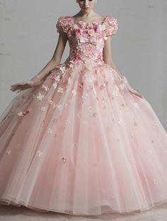 シンデレラみたい♡桂由美のお花のカラードレスが可愛すぎ♡ dress1*お袖のお花が可愛い♡  淡いピンク色のビッグラインのプリンセス風ドレスに、ドレスと同じ色のお花のコサージュをいーっぱい♡安田みさこさんがお色直しでお花を2000個縫い付けた、このタイプのドレスを着ていました♩