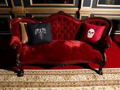 RED and velvet in a Victorian couch. Red Velvet Sofa, Black Velvet, Goth Home, Victorian Furniture, Antique Furniture, Victorian Couch, Gothic House, Interior Exterior, Interior Design