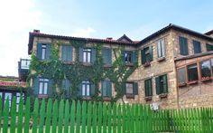 Kaz Dağları'nın çamlarla sarılı yamaçlarında kurulan Yeşilyurt Köyü, tertemiz havası, taş evleri ve butik otelleri, lezzetli yemekleri ile kaçış rotaları...