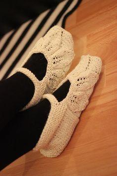 neulotut 5 lehden tossut ohje Khadin lankalabyrintti Knitted Slippers, Chrochet, Crochet Scarves, Knitting Socks, Knitting Patterns, Crafts, Shawls, Knits, Crocheting
