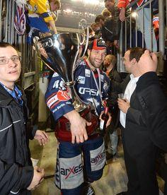 Interimskapitän Richie Regehr mit dem Pokal auf dem Weg in die Kabine