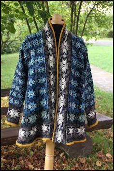 a-shaped cardigan en spindrift Designer Knitting Patterns, Sweater Knitting Patterns, Fair Isle Knitting, Hand Knitting, Norwegian Knitting Designs, Alpaca Coat, Fair Isle Pattern, Christmas Knitting, Knit Jacket