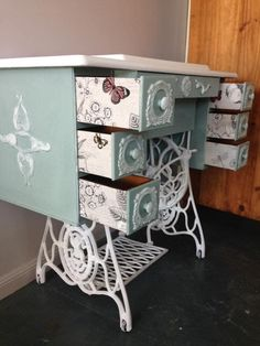 Funky Painted Furniture, Decoupage Furniture, Refurbished Furniture, Repurposed Furniture, Furniture Projects, Furniture Makeover, Diy Furniture, Old Sewing Tables, Singer Sewing Tables