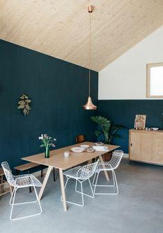 déco-chambre-bleu-canard-cuisine-style-scandinave-table-en-bois-plafons-sous-pente