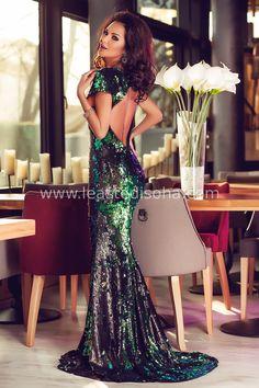 """Tanta eleganza da far restare senza parole: questo è l'effetto che fa l'abito Claudia. Questo favoloso abito lungo elegante da cerimonia è ricoperto interamente da paillettes di diversi colori, tra i quali spiccano il nero ed il verde. È caratterizzato inoltre da una lunga gonna a sirena con un lieve strascico, e dal dorso scoperto. ➽ Contattaci su Pinterest o manda """"pin"""" via sms/WhatsApp al 373 7616355 per ricevere un BUONO SCONTO esclusivo!  #leastedisoha #moda #abbigliamento #donna…"""