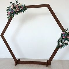 Vintage objects, vintage furniture, family treasures, the options to bring the charm of the old to your entry are not lacking. Wedding In The Woods, Our Wedding, Wedding Ideas, Wood Wedding Arches, Wrought Iron Chandeliers, Wedding Rentals, Vintage Colors, Decorative Objects, Vintage Furniture