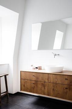 SIMPLE OAK AND DARK BRASS | KBH Københavns Møbelsnedkeri |