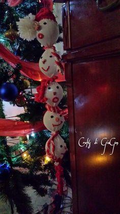 Ghirlanda di pupazze di neve all'uncinetto.  Snowman sock crochet garland