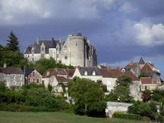 Palluau-sur-Indre: Château féodal dominant les maisons du village ; dans la vallée de l'Indre