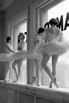 Ballerine sul davanzale della finestra in sala prove presso la scuola dell'American Ballet di George Balanchine - Alfred Eisenstaedt