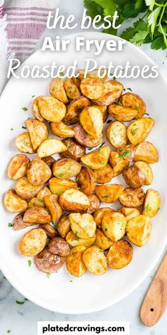 Air Fryer Roasted Potatoes are perfectly crispy on the outside and soft on the inside. Making potatoes in the Air Fryer saves time and calories! Quick Lunch Recipes, Fancy Dinner Recipes, Quick Easy Meals, Vegetarian Recipes, Side Dishes For Bbq, Vegetable Side Dishes, Air Fryer Dinner Recipes, Air Fryer Recipes, Baked Potato Recipes