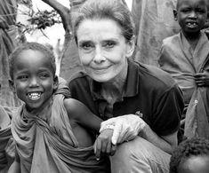 UNICEF Ambassador Audrey Hepburn on her last UNICEF mission in war-torn Somalia, September 1992. POR ESTO ELLA ES MI MAYOR IDOLO!