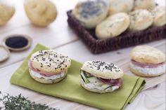 Gli scones sono un antipasto sfizioso: morbidi dischi realizzati con un impasto di patate e farina farciti con formaggio e salumi.