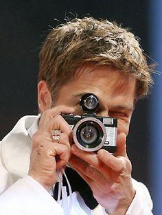 Brad Pitt with a fisheye Hobby Photography, Photography Sites, Celebrity Photographers, Famous Photographers, Assassination Of Jesse James, Por Tras Das Cameras, Brad Pitt And Angelina Jolie, Steve Mccurry, Vintage Cameras