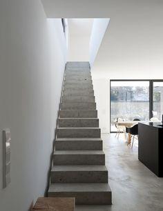 Betonowe schody, schody z betonu, nowoczesne schody, styl industrialny. Zobacz więcej na: https://www.homify.pl/katalogi-inspiracji/39901/ferrari-wsrod-domow-jednorodzinnych