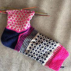 Socke No 2 in Pink, Beige, Navy. Anleitung bei DaWanda und Ravelry.