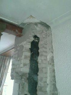 Het begin is gemaakt, eerste stuk schoorsteen weggekapt. En ja, de balk lag dus toch tot op muur [29-04-2013]