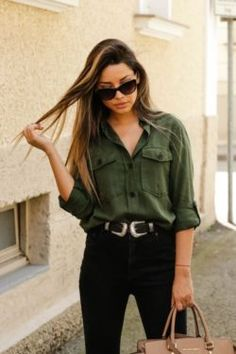 mujer con pantalón negro y cinto de dos hebillas You are in the right place about fashion Outfit Here we offer you the most beautiful pictures about the Outfit ideen you are looking for. Green Shirt Outfits, Hipster Outfits, Boho Outfits, Classy Outfits, Stylish Outfits, Fashion Outfits, Olive Outfits, Basic Outfits, Outfits Pantalon Negro
