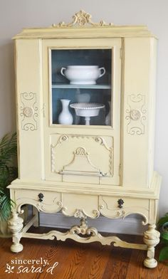 Spray Paint Thrift Store Finds @ Sincerely Sara DSincerely Sara D Spray Paint Furniture, Diy Spray Paint, Cool Furniture, Painted Furniture, Painted Hutch, Craft Shelves, Weathered Paint, Thrifting, Diy Home Decor