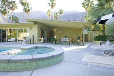 Palm Springs Vacation home built in At the foothills of the San Jacinto Mountains. Mid Century House, Mid Century Style, Mid Century Design, Palm Springs Mid Century Modern, Mid Century Modern Decor, Midcentury Modern, Mid Century Exterior, Modern Pools, Backyard Makeover