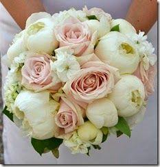 Bukett med ljusrött och vita (pioner och rosor)