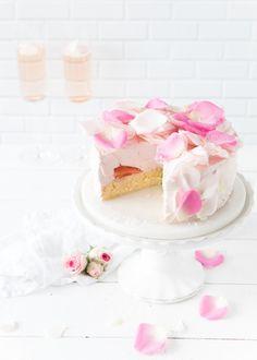 Erdbeer-Sekttorte mit Rosenblätter