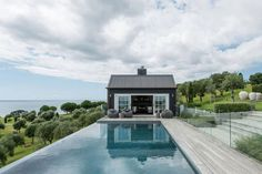 Adding to my 10 year black barn obsession (and another pool house with a view 🙌🏼 ) Saturday inspiration courtesy of architecture firm This barn house project is perfection! Home Design, Barn House Design, Modern Barn House, Nordic Design, Modern Deck, Design Ideas, Barn Pool, Tiny House, Black Barn