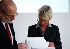 Hochschulkanzler Prof. Dr. Ronald Freytag und Prof. Dr. Cornelia Alban bei der Überreichung der Immatrikulationsurkunden.