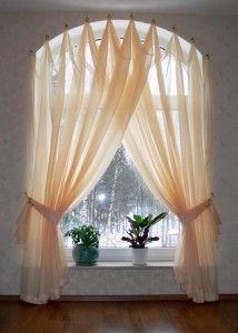 Как можно повесить штору на арочное окно фото