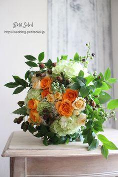 オレンジ色のバラと木の実のブーケ*オレンジ色のバラに、ブルーベリー、ブラックベリーの実を入れたフルーティーなブーケ。