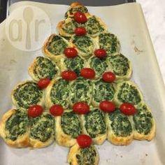 Vegetarische Blätterteigschnecken mit Ricotta und Spinat als Weihnachtsbaum - Tolles Fingerfood für Weihnachten oder Silvester. Ich mach sie gerne vegetarisch, aber man kann auch andere Blätterteigschnecken verwenden. @ de.allrecipes.com