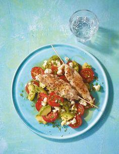 Hähnchenspieße mit Tomaten-Avocado-Salat Rezept - [ESSEN UND TRINKEN]