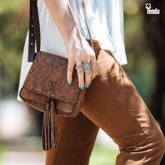 👜 As bolsas vão sempre manter a sua importância como acessório pra deixar o look completo, perfeito. E não há quem não queira uma bolsa como esta, em couro, com pingentes que estão na crista da onda. #LojasTenda, a sua moda.