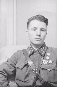 Виктор Талалихин, легендарный советский лётчик, совершивший первый ночной таран.