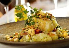 """Bacalhau com ervas e batatas """"Anote esta receita ensinada pelo chef William Ribeiro, do restaurante """"""""O Pote do Rei"""""""""""""""