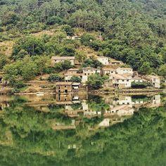 Preciosa Aldea (O Pincelo) a orillas del río Miño vía @nataliah80 #Chantada #Lugo #Galicia #GaliciaCalidade #SienteGalicia