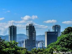 Excelente viernes! @Regrann from @supersamvc -  Los más grandes de mi ciudad. . . #LaCuadraU #GaleriaLCU #Canon #Ccses #Ccsart #Ccs_entrecalles #caracashermosa #Bluesky #Clouds #igcaracas #Arquitecturavzla #edificios
