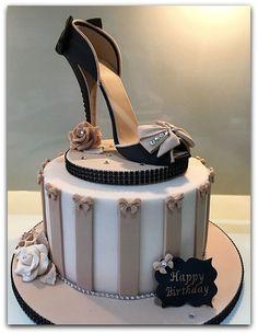15 Diseños de Tortas con Zapatillas que te pueden inspirar para tortas de cumpleaños de mujeres o pasteles para mujeres con diseños de zapatillas, Aquí mas...