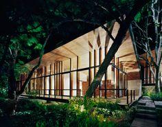 """Case en el bosque  Cette maison intitulée """"Casa en el bosque"""" (la Maison dans la Forêt) se situe dans Vallée de Bravo au Mexique près de la réserve écologique de Cerro Gordo et du lac Avandaro. La conception de cette habitation, par l'agence d'architecture Parque Humano, est en parfaite connexion à son environnement et génère un sentiment de respect de la nature."""